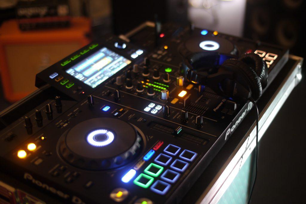 Pioneer DJ XDJ-RX2 decks
